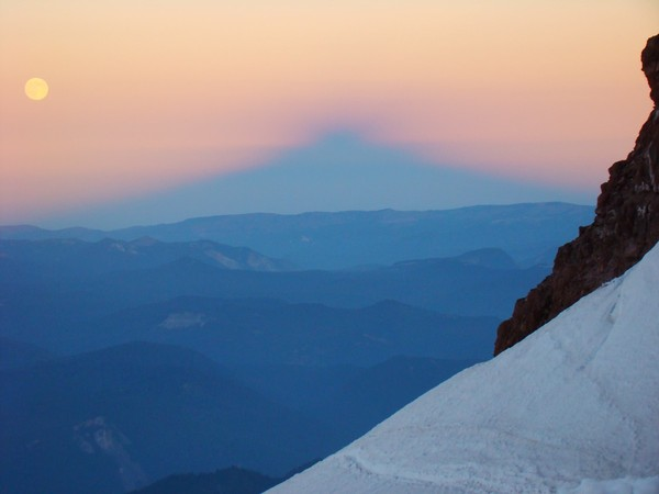 full_moon_rainier_shadow_on_horizon.JPG