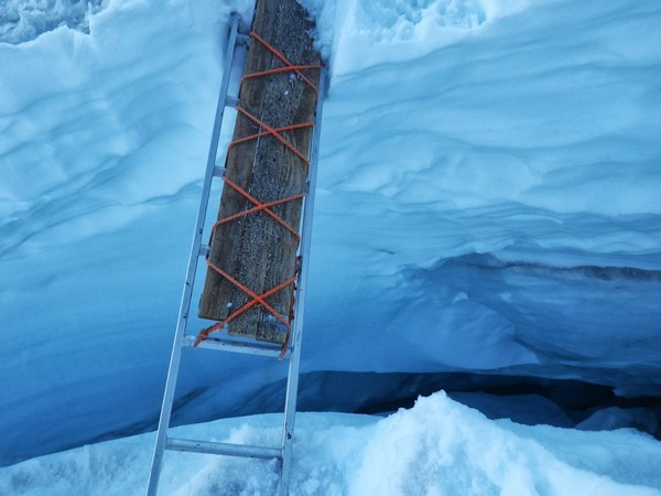 ladder_bridge_over_crevasse_better_than_jumping.JPG