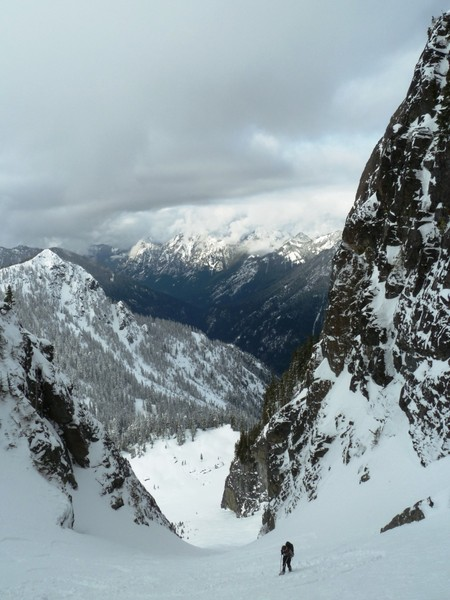 Looking_down_the_descent_gully_to_the_NW_face.JPG