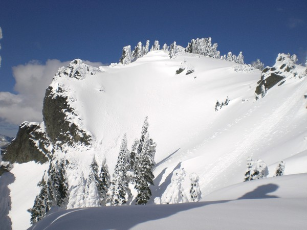 Ski_line_and_summit_on_the_way_up.JPG